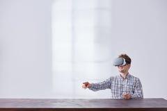 Ung grabb som använder innovativa exponeringsglas royaltyfria foton