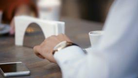 Ung grabb som sitter på en tabell i den öppna luften som diskuterar affär På ett datum med en kvinna lager videofilmer