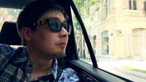 Ung grabb som tycker om sikten, Azerbajdzjan, Baku stock video