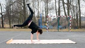 Ung grabbdansbreakdance på gatan arkivfilmer