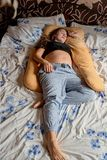 Ung gravid kvinna Den gravida härliga kvinnan sover på moderskapkudden i säng royaltyfri fotografi