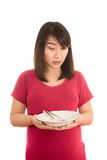 Ung gravid kvinna som äter sund grönsaksallad, sund mutter Royaltyfri Bild