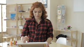 Ung gravid kvinna som drar m?lning i konststudio, sunt lyckligt livsstilbegrepp stock video