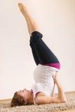 Ung gravid kvinna som gör yogaexecises royaltyfri foto