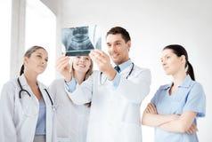 Ung grupp av doktorer som ser röntgenstrålen arkivfoton