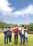 ung grupp av studenter som håller ögonen på himlen arkivbilder
