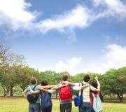ung grupp av studenter som håller ögonen på himlen arkivbild