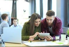 Ung grupp människor som gör deras jobb på bärbara datorn Arkivfoton