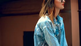 Ung gullig blondin i solglasögon som utomhus poserar stock video
