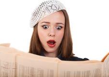 Ung gullig brunettflicka och tidning Arkivbild