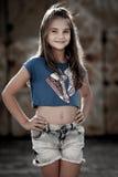 Ung gullig flicka på en gata Royaltyfri Foto