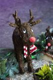 Ung gullig lycklig traditionell dekorativ hjortleksak för jul arkivbilder