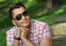 Ung gullig turkisk man i en parkera arkivfoton