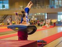Ung gymnastflicka som utför hopp Arkivbilder