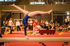 Ung gymnastflicka som utför rutin på jämvikt b Royaltyfria Foton
