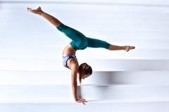 Ung gymnastkvinna Arkivbild