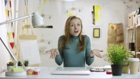 Ung häpen kvinna vid tabellen stock video