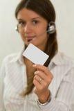 Ung härlig affärskvinna med ett plastic kort Fotografering för Bildbyråer