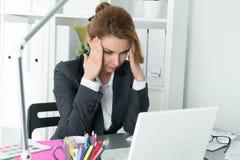 Ung härlig affärskvinna som försöker att koncentrera Arkivbild