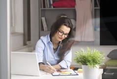 Ung härlig affärskvinna som hemma arbetar Arkivfoto
