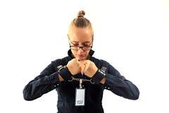 Ung härlig affärskvinna som skriker, fånge av jobbet i manschetter Royaltyfri Foto