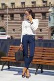 Ung härlig affärskvinna som stannar till telefonen royaltyfri bild