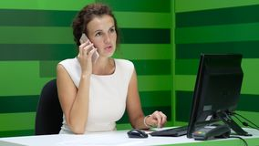 Ung härlig affärskvinna som talar på telefonen lager videofilmer