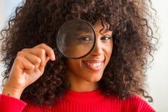 Ung härlig afrikansk amerikankvinna hemma arkivfoto