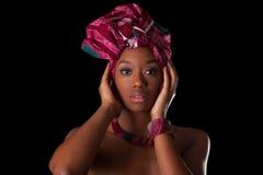 Ung härlig afrikansk kvinna som bär en traditionell sjalett, I royaltyfria foton