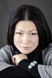 Ung härlig asiatisk flicka på en mörk bakgrund Royaltyfri Bild