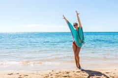 Ung härlig blond flicka i exponeringsglas som har gyckel på stranden arkivfoton