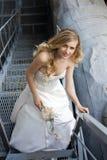 Ung härlig blond kvinna i brud- klänning Arkivbild