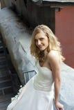 Ung härlig blond kvinna i brud- klänning arkivfoto