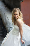 Ung härlig blond kvinna i brud- klänning arkivfoton