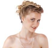 Ung härlig blond kvinna med en bröllopfrisyr royaltyfria bilder