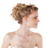 Ung härlig blond kvinna med en bröllopfrisyr royaltyfria foton