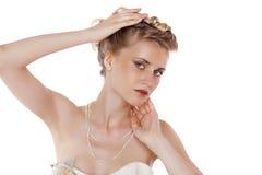 Ung härlig blond kvinna med en bröllopfrisyr royaltyfri bild
