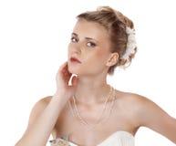 Ung härlig blond kvinna med en bröllopfrisyr arkivfoton
