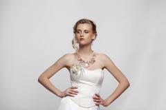 Ung härlig blond kvinna med en bröllopfrisyr fotografering för bildbyråer
