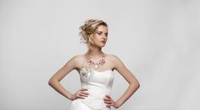 Ung härlig blond kvinna med en bröllopfrisyr royaltyfri foto