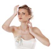 Ung härlig blond kvinna med en bröllopfrisyr royaltyfri fotografi