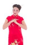 Ung härlig brunett i den röda japanska klänningen som isoleras på vit Arkivbilder