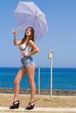 Ung härlig brunett med det vita paraplyet Arkivbilder
