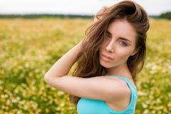 Ung härlig brunettkvinna för stående arkivfoto