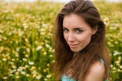 Ung härlig brunettkvinna för stående arkivfoton