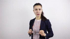 Ung härlig brunettkvinna i exponeringsglasleenden, flörtar, blinkningar arkivfilmer