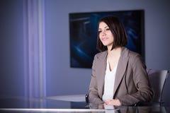 Ung härlig brunetttelevisionhallåman på studion under levande radioutsändning Kvinnlig TVdirektör på redaktören i studio Royaltyfria Foton