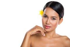 Ung härlig brunnsortkvinna med sund hud Royaltyfria Bilder