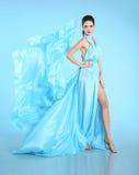 Ung härlig caucasian brunett i den ursnygga klänningen, rörelsesho Royaltyfri Fotografi