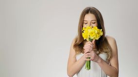 Ung härlig dam att motta blommor och nysa ultrarapid arkivfilmer